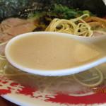 73972810 - 24時間炊き上げる濃厚でクルーミーなとんこつスープ