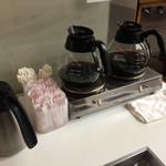 73985901 - 一階のイートインコーナーには無料のコーヒーがあるのが嬉しい