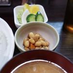成蔵 - 付け合せの豆とお新香