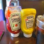 ニック&レネイ - ポテト用のマスタードとケチャップ
