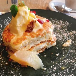 ラテグラフィック 町田店 - モーニング 季節のパンケーキ(ハーフ) 卵の白身がきいていて、とてもヘルシーでしっとりした生地。甘さも控えめ。
