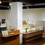 六花亭 - 左がレジで、その横に無料の珈琲
