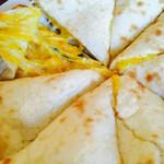 74027892 - パンプキンチーズナンの中身。かぼちゃペーストが入ったチーズがとろり。
