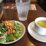 74031496 - サラダドレッシングは和風 スープはトロミあるチキンベースの野菜スープ