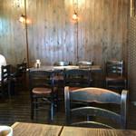 カフェ サルーテ - テーブルや、イスも味があっていいね♪