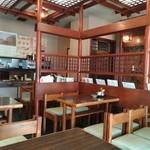 松月庵 - テーブル席は3列ある