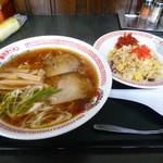 旭川ラーメンこぐまグループ - 料理写真:ラーメンとミニ炒飯800円