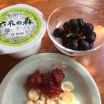 ポロシリ - 六花の森ヨーグルト ぶどうはサービス。ジャムなども自由に盛ることができます。