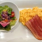大阪新阪急ホテル - 野菜サラダとスクランブルエッグ、ベーコン