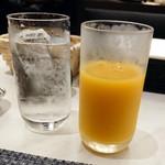 大阪新阪急ホテル - お冷やとオレンジジュース