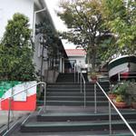 ピッコロ ピアット - 店の入口(下から見上げる)
