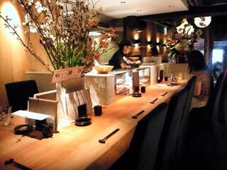 道玄坂 漁 - ここに座り料理長との会話を楽しむのもまたよろしくて。
