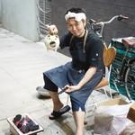 傳 - 炭をおこす長谷川さん