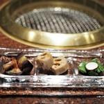 焼肉 うしごろ - ナムル3種盛り合わせ(新蓮根・丸茄子・スナップエンドウ)