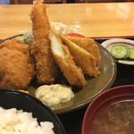 松吉 - 料理写真:盛り合わせ定食 1080円。海老、イカ、ヒレカツで時期だからかすだち付。タルタルソースや特製ソースもあり悩む。一応ぬか漬けなことやごはんがおいしい(新米だから?)こともあり、なかなか良いと感じました!