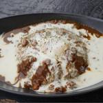 トロピカルインパーマーストン - チーズフォンデュソースと温泉卵のキーマカレー
