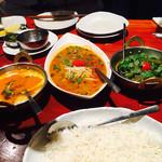 タンドールバル カマルプール - 右から)ラムミントカレー、鯖カレー、バターチキン