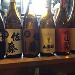 久呂無木 - カウンターの前に並べられた一升瓶です。