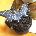 ジャンシアーヌ - チョコカップの中にチョコクリーム、その上にチョコで固めたコーンフレーク、飾りのコウモリ