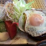 Airisu - ハンバーグとサラダと目玉焼き