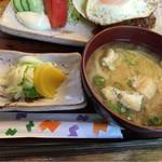 Airisu - 味噌汁と漬物