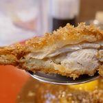 フジヤマドラゴンカレー - まずはチキンカツから食べてみると、衣はカリカリとした食感で、中の鶏肉は分厚い上にジューシー!