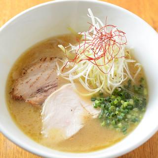博多人驚愕!ガツンとパンチを効かせた福岡一濃厚鶏白湯スープ♪