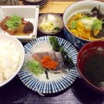 スタンドふじ - 「魚屋の刺身定食」(900円税込)。これに刺身の三種盛りが別皿で付く。