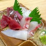 スタンドふじ - 「魚屋の刺身定食」の刺身の3種盛り。なぜかイカも付いていて、4種盛りになっていた。