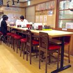 スタンドふじ - 店内風景(テーブル席)。全体的にハイチェアーっぽいので、テーブルも高さがある。椅子を取っ払えば立飲み屋に変身?