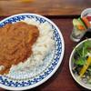 ハシゴカフェ キョウト - 料理写真:手作りインド人カレー890円(サラダ/ピクルス/ヨーグルト付)
