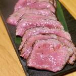 焼肉JIN - 極みロースステーキは店員さんが切ってくれます。