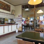 黒田節 - 広いテーブル席と小さな小上がりがあります。