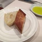 リストランテ カノビアーノ - 温かで美味しいパン、オリーブオイルも出されます。