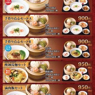 ランチには選べる6パターンが嬉しい。ウーロン茶、杏仁豆腐付