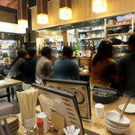 もつ鍋一慶 - 『駅から三百歩横丁』は博多の人気店が集まっていることもあって、 県外・海外の旅行客や地元民が入り混じっています。