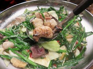 もつ鍋一慶 JRJP博多ビル店 - 醤油味・味噌味・かさね味(謎)の3種類あり、醤油味にしました。