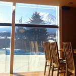 めし屋 仙瑞 - 店内は一面がガラス張りとなっており、昼間は富士山の絶景をお楽しみいただけます。