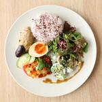 Hama House - ヘルシーデリプレートは6種のデリから3種をセレクト、サラダを十穀米を添えて
