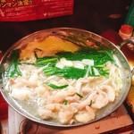 ホルモン鍋やまちゃん - 煮えました〜。モツいっぱいで美味しすー