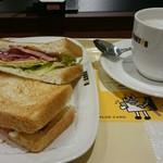 74114925 - 朝カフェのBセット ビーフパストラミとチェダーズチーズ(カフェ・ラテ)。