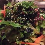 串と煮込み 門限やぶり - コリコリ食感の海藻青しそサラダ