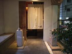 桜ヶ丘 椿堂 - 入口では獅子と狛犬がお出迎え