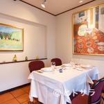 シェヌー - 絵画が飾られたギャラリーのような店内