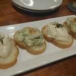 海老料理専門 プラウン&ロブスターバー えびっとる - エビのカナッペ 600円 エビ味噌クリームチーズ、エビアボカド