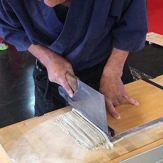 信州で修行を積んだ蕎麦職人が毎朝手打ち