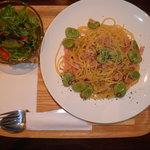 Kafeniko - そら豆と厚切りベーコンの春のペペロンチーノ