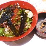 さくら水産 - チョレギサラダ(390円) 隣の小鉢はメヒカリの南蛮漬けのお通しです