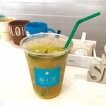 海小屋 シェイブアイス & カフェ - シークワーサーの果汁・添えられたフレッシュシークワーサーが炭酸にうまくマッチしてスッキリな飲みごたえです。
