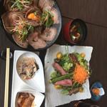 74141860 - ローストビーフ丼、ステーキサラダ